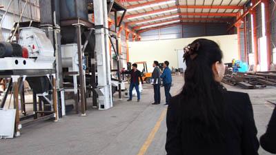 韩国客户在考察木屑颗粒机