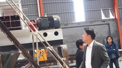客户在工厂考察颗粒机